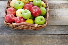 Verse rode appelen in de houten doos Stock Foto
