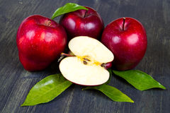 Verse rode appelen met bladeren Stock Afbeeldingen