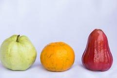Verse rode djamboevrucht, oranje en groen guave schoon fruit Royalty-vrije Stock Foto's