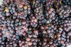 Verse rode druif bij lokale markt stock foto's