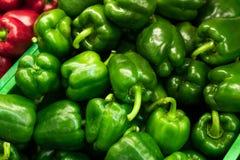 Verse rode en groene organische zoete groene paprika's op de landbouwersmarkt op een tropisch eiland Bali, Indonesië organisch Royalty-vrije Stock Fotografie