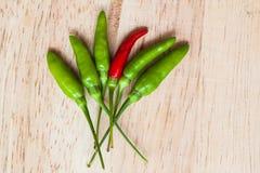 Verse rode en groene Spaanse pepers op oude houten achtergrond De peper van Guinea Stock Afbeelding