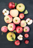 Verse rode gele en groene appelen met bladeren op houten lijst O Royalty-vrije Stock Afbeelding