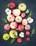 Verse rode gele en groene appelen met bladeren op houten lijst O Stock Foto's