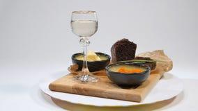 Verse rode kaviaar met basilicum en boter op brood in studio Gekweekt met rode kaviaar met wijnglazen op achtergrond koude Stock Afbeelding
