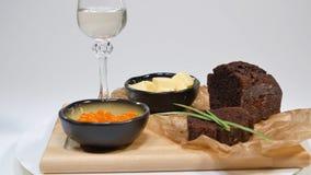 Verse rode kaviaar met basilicum en boter op brood in studio Gekweekt met rode kaviaar met wijnglazen op achtergrond koude Royalty-vrije Stock Foto