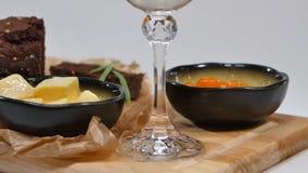 Verse rode kaviaar met basilicum en boter op brood in studio Gekweekt met rode kaviaar met wijnglazen op achtergrond koude Stock Foto
