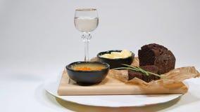Verse rode kaviaar met basilicum en boter op brood in studio Gekweekt met rode kaviaar met wijnglazen op achtergrond koude Stock Fotografie
