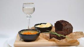Verse rode kaviaar met basilicum en boter op brood in studio Gekweekt met rode kaviaar met wijnglazen op achtergrond koude Stock Foto's