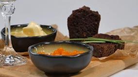 Verse rode kaviaar met basilicum en boter op brood in studio Gekweekt met rode kaviaar met wijnglazen op achtergrond koude Royalty-vrije Stock Foto's