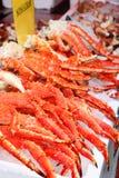 Verse rode koning-krab benen in ijs bij zeevruchtenmarkt royalty-vrije stock afbeeldingen