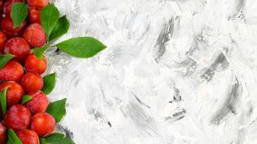 Verse rode pruimen met bladeren Vruchten op oude rustieke lichte achtergrond Vlak leg Vrije ruimte voor tekst stock foto