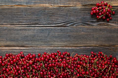 Verse rode rijpe bessen op een donkere houten achtergrond Rustieke styl Stock Fotografie