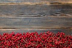 Verse rode rijpe bessen op een donkere houten achtergrond Rustieke styl Royalty-vrije Stock Afbeeldingen
