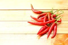 Verse rode Spaanse pepers op houten achtergrond Royalty-vrije Stock Fotografie