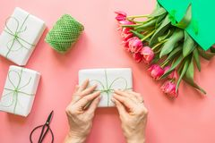 Verse rode tulpenbloemen in Groenboekzak op roze De lente De dag van moeders royalty-vrije stock fotografie