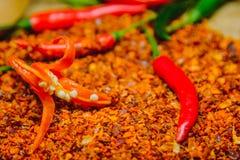 Verse roodgloeiende Spaanse peperpeper op droge Spaanse pepers gehakt met rustieke houten achtergrond Royalty-vrije Stock Fotografie