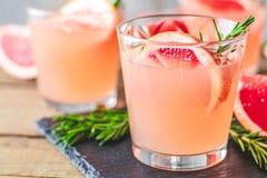 Verse roze alcoholische cocktail met grapefruit, ijs en rozemarijn royalty-vrije stock fotografie