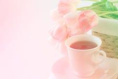 Verse roze lelies en koffiekop royalty-vrije stock afbeelding