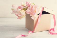Verse roze tulpenbloemen in de doos van giftkraftpapier Royalty-vrije Stock Foto's