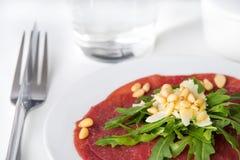 Verse rundvleescarpaccio met salade stock afbeelding