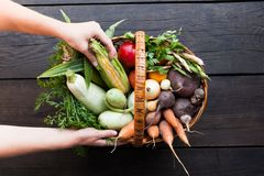 Verse rustieke organische oogst, landbouwersopbrengst stock foto's