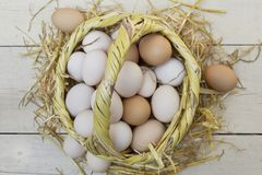 Verse ruwe eieren in stromand stock foto