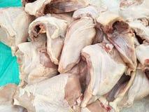 Verse ruwe kip voor het maken van diner stock foto's