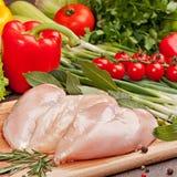 Verse ruwe kippenfilet en groenten Royalty-vrije Stock Foto's