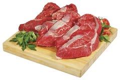 Verse ruwe rode grote het lapje vleesbrok van het rundvleesvlees op houten besnoeiingsraad die over witte achtergrond wordt geïso Stock Afbeelding