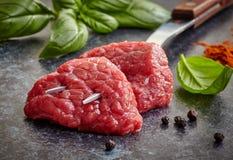 Verse ruwe vleesbesnoeiingen stock foto