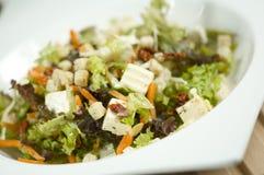 Verse salade die aan de linkerzijde wordt overgeheld Stock Afbeeldingen