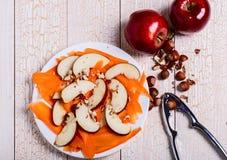 Verse salade met appelen, wortelen, hazelnoten Royalty-vrije Stock Afbeeldingen
