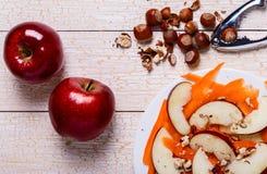 Verse salade met appelen, wortelen, hazelnoten Stock Afbeeldingen