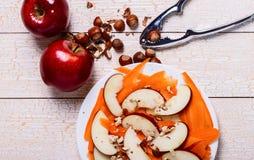 Verse salade met appelen, wortelen, hazelnoten Royalty-vrije Stock Foto