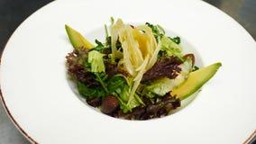 Verse salade met avocado, kaas en tomaten en olijven stock videobeelden