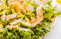 Verse salade met avocado, sla, pitabroodjespaanders Stock Afbeeldingen