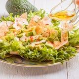 Verse salade met avocado, sla, pitabroodjespaanders Stock Foto