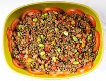 Verse salade met bonen en tomaten in een groene kom stock fotografie