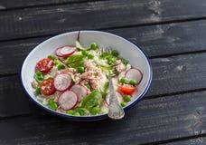 Verse salade met couscous, groenten en gebakken zalm Gezond smakelijk voedsel Royalty-vrije Stock Foto