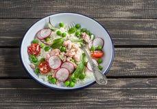 Verse salade met couscous, groenten en gebakken zalm Gezond smakelijk voedsel Royalty-vrije Stock Foto's