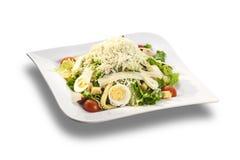 Verse salade met eieren, Parmezaanse kaas, tomaten en croutons royalty-vrije stock fotografie