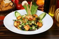 Verse salade met gebraden kaas stock afbeeldingen