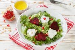 Verse salade met geitkaas, geroosterde bieten en sla Stock Foto's