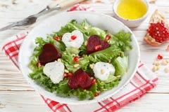 Verse salade met geitkaas, geroosterde bieten en sla Royalty-vrije Stock Afbeeldingen