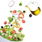 Verse salade met ingrediënten in motie Stock Afbeelding