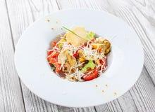Verse salade met kippenborst, artisjokken, kersentomaten, sla en kaasparmezaanse kaas op houten dichte omhooggaand als achtergron royalty-vrije stock foto's