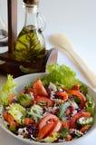 Verse salade met oliefles stock afbeelding