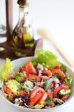 Verse salade met oliefles stock foto's