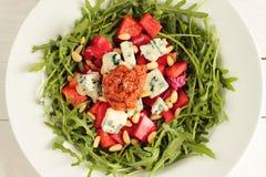 Verse salade met pesto stock foto